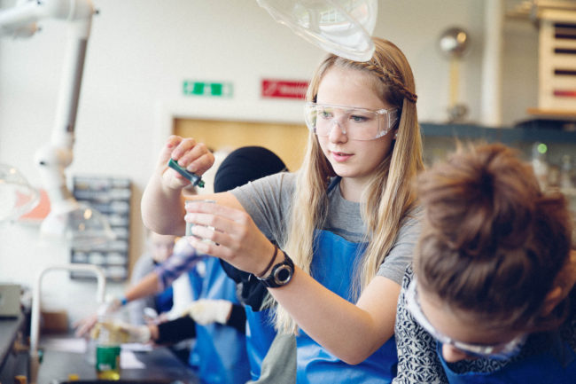Fotoreportage Aarhus, skoleelever har kemi