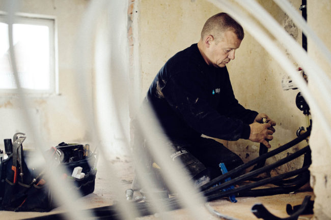 Medarbejder laver VVS installation, Quist VVS
