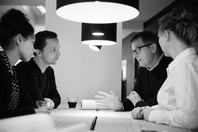 Kolleger holder møde hos Friis og Moltke