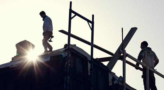 Tømrere arbejder på tag